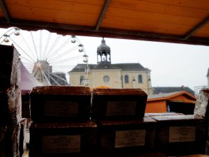 Ce que l'apiculteur voit depuis l'intérieur de son stand au marché de Noël du Mans (photo décembre 2012)